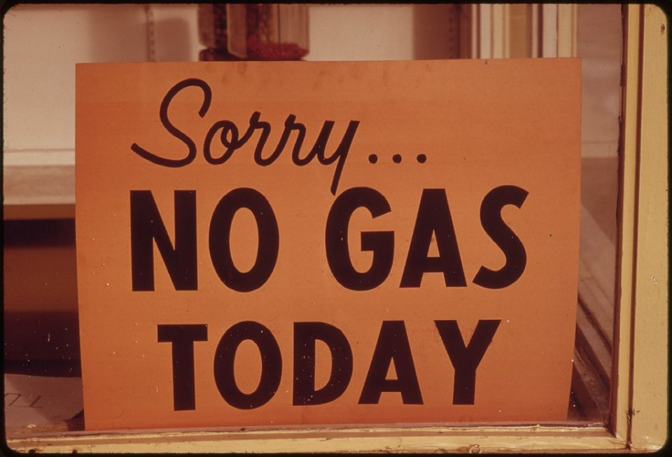NO_GAS__SIGNS_WERE_A_COMMON_SIGHT_IN_OREGON_DURING_THE_FALL_OF_1973,_SUCH_AS_AT_THIS_STATION_IN_LINCOLN_CITY_ALONG..._-_NARA_-_555416