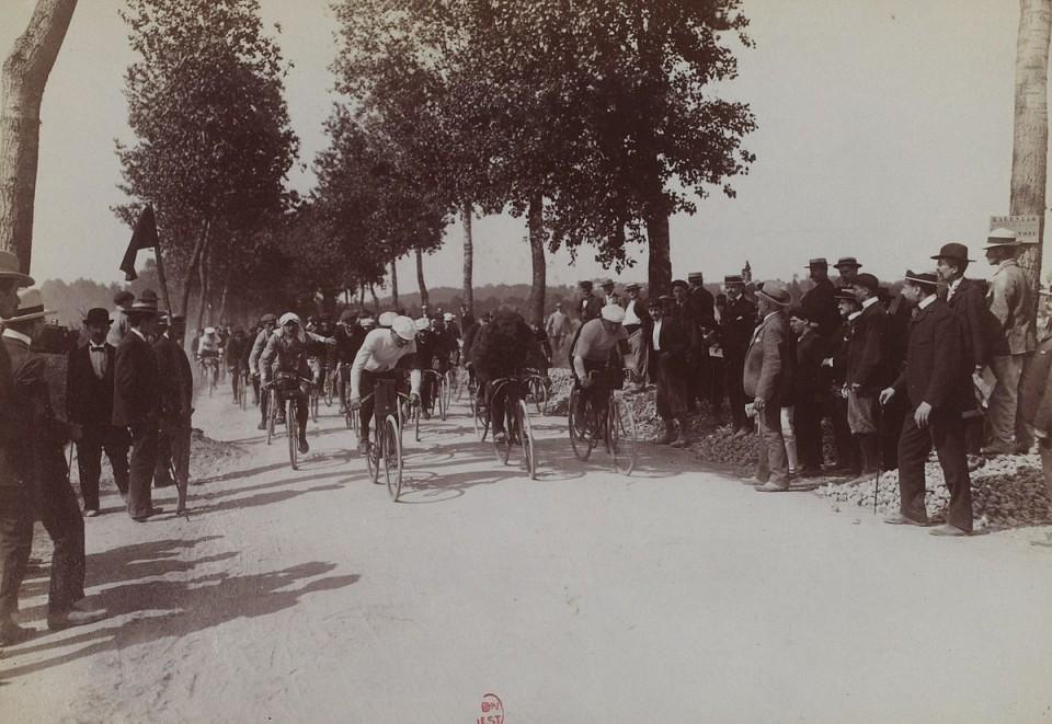 1200px-Départ_de_la_première_étape_du_premier_Tour_de_France_(Villeneuve-Saint-Georges_1903)